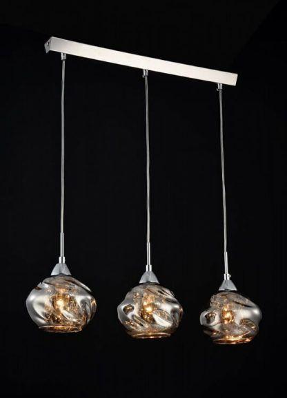 nowoczesna lampa wisząca z trzema szklanymi kloszami na srebrnej belce