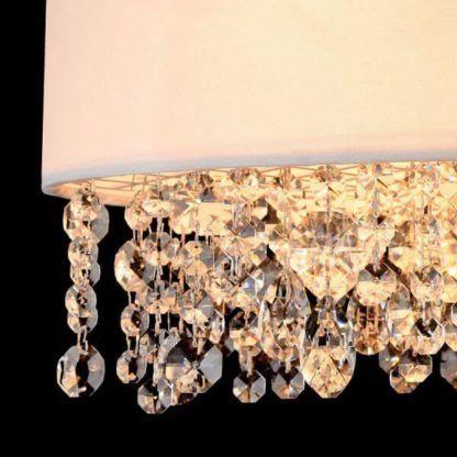 lampa wisząca okrągła z białym, niewysokim abażurem ozdobionym wystającymi kryształkami