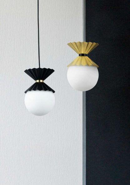 dekoracyjna lampa wisząca z mlecznym kloszem i czarną, metalową osłonką