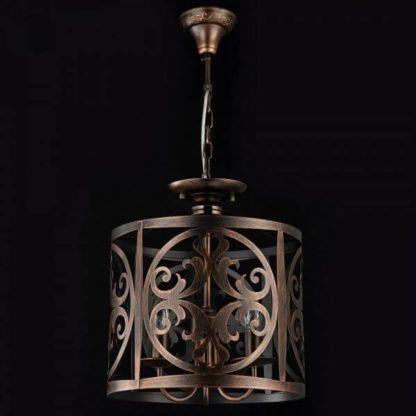 brązowa lampa wisząca w stylu rustykalnym, klosz ozdobiony we wzory klasyczne