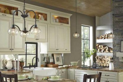 lampa wisząca industrialna w klasycznej kuchni - aranżacja jasna