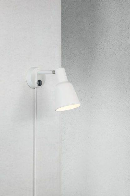 biały kinkiet z długim przewodem, funkcja ściemniania, metalowy