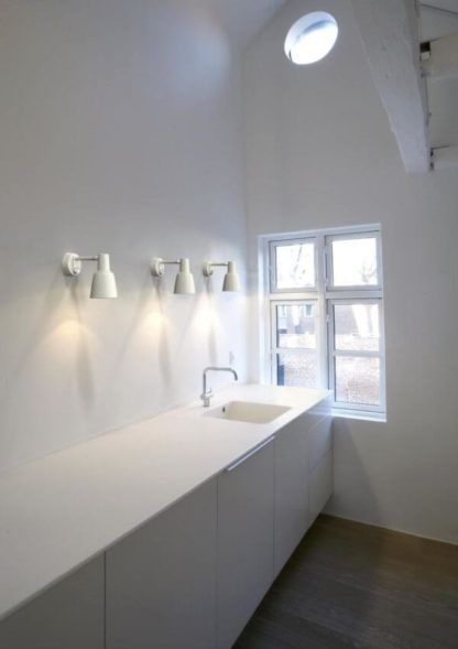 biały, metalowy kinkiet ze ściemniaczem - aranżacja kuchnia