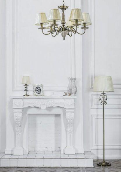 złoto-beżowy, klasyczny żyrandol z jasnymi abażurami - aranżacja salon pałacowy