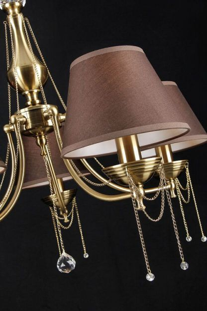 złoty żyrandol z brązowymi abażurami, łańcuszki