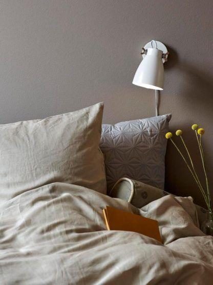 biały kinkiet w stylu nowoczesnym - aranżacja sypialnia w beżach