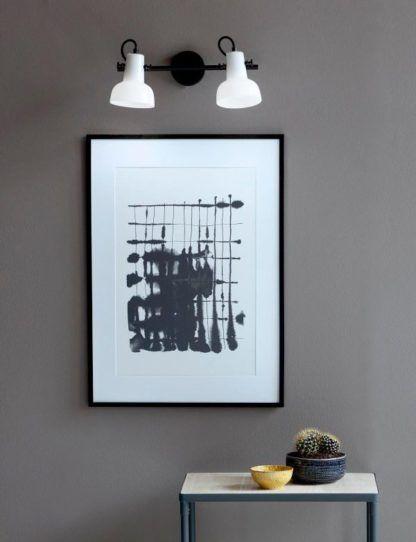 podwójny biało-czarny kinkiet w nowoczesnym stylu - aranżacja szarość