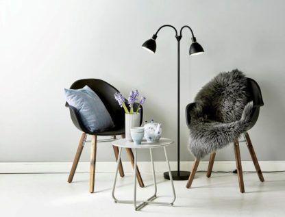 lampa podłogowa czarna w stylu nowoczesnym, scandi, aranżacja jasny salon, ciepły
