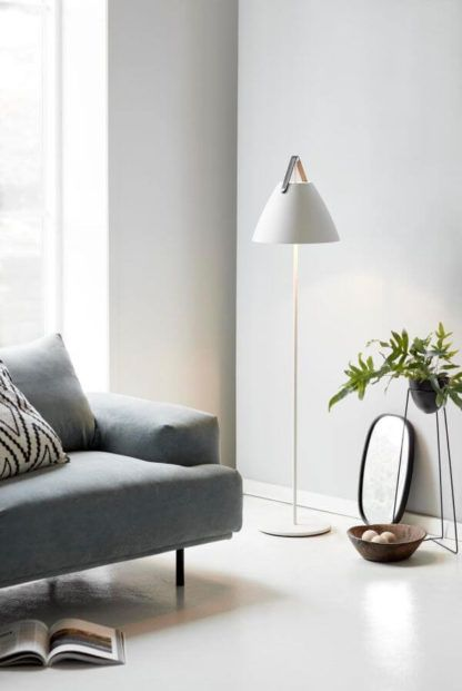 lampa podłogowa na cienkiej podstawie z otwartym, białym kloszem - aranżacja jasny salon w stylu skandynawskim