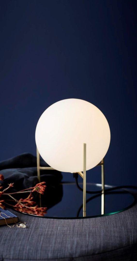 designerska lampa stołowa, szklana kula w złotej podstawie