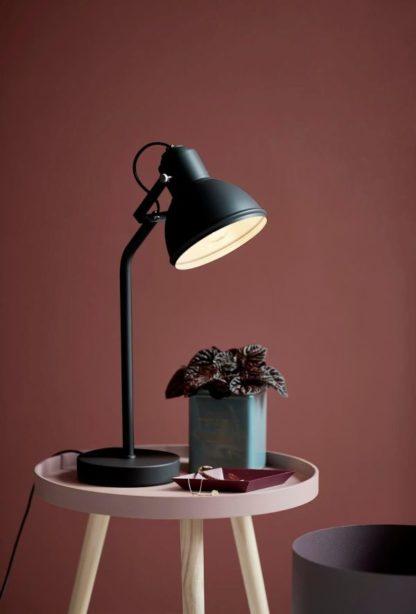 czarna lampa biurkowa w stylu industrialnym, nowoczesnym - aranżacja