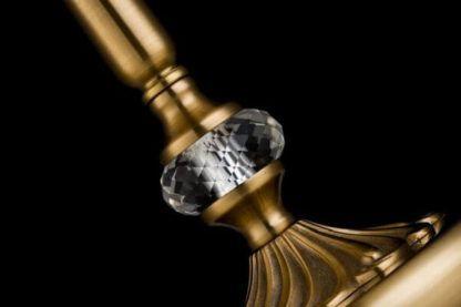 złota lampa ozdobiona kryształkiem