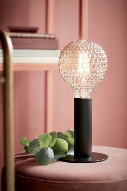 czarna lampa stołowa, nowoczesny design, minimalizm - aranżacja