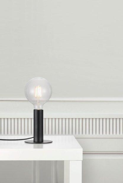 czarna lampa stołowa, minimalizm