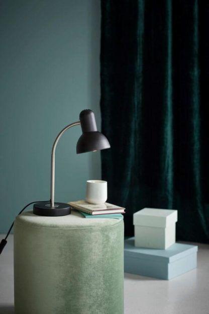 lampa stołowa z giętkim ramieniem, biurkowa, czarny klosz, srebrna nóżka - aranżacja