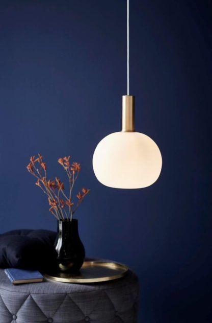 szklana lampa wisząca biały klosz - ciemna aranżacja