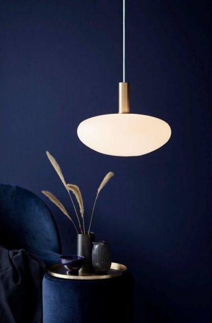 lampa wisząca z mlecznego szkła w stylu skandynawskim - aranżacja w granacie