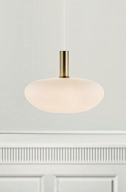 lampa wisząca ze szklanym, owalnym kloszem zamkniętym, mleczne szkło, styl nowoczesny