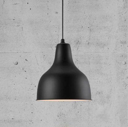 czarna lampa wisząca, metalowa, industrialna