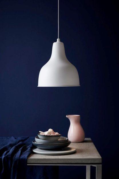 biała lampa wisząca w stylu nowoczesnym scandi, aranżacja salon w ciemnych barwach