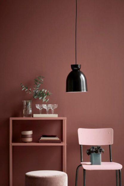 czarna lampa wisząca, zaokrąglony klosz- aranżacja salon w ciepłych odcieniach