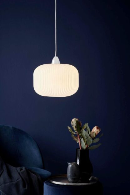 szklana lampa wisząca, biała harmonijka, zaokrąglana - aranżacja ciemny salon nowoczesny