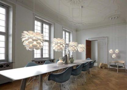 biała lampa wisząca w kształcie kwiatu - aranżacja duża jadalnia