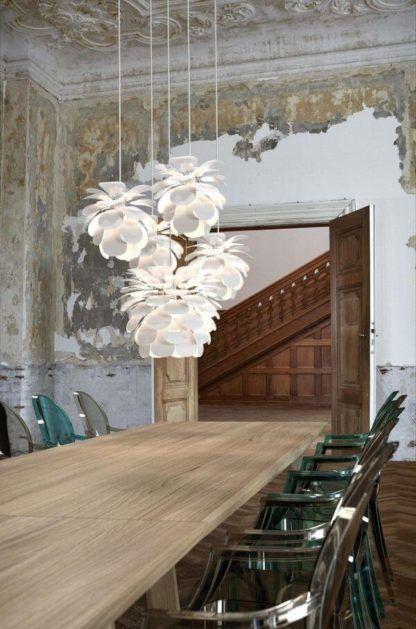 biała lampa wisząca w kształcie kwiatu, designerska -aranżacja jadalnia