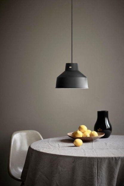 czarna, nowoczesna lampa wisząca - aranżacja jadalnia