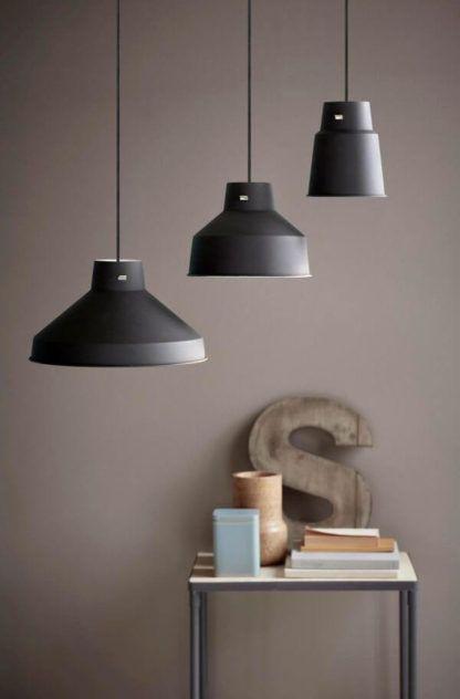 czarna lampa wisząca z metalu - aranżacja
