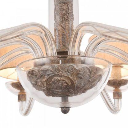 żyrandol z metalową ramą ukrytą w szklanej bańce