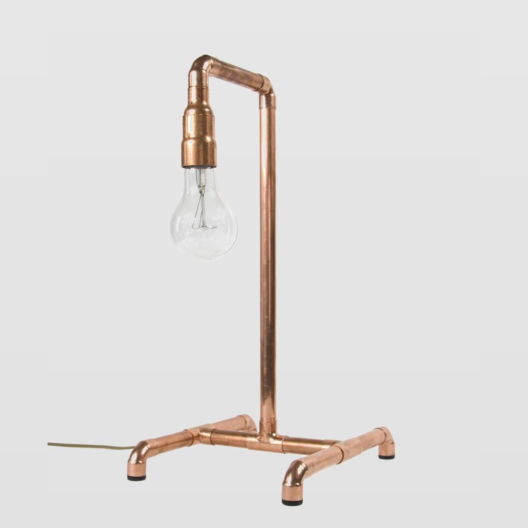 miedziana lampa stołowa z rurek, industrialna aranżacja