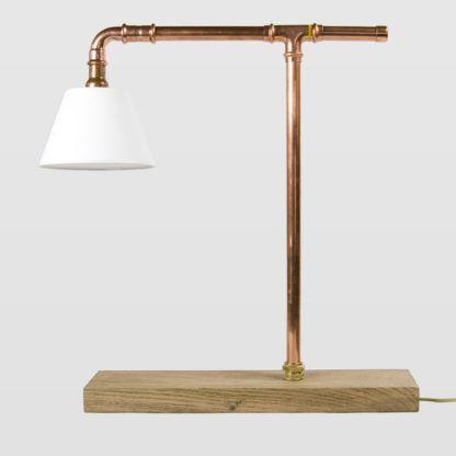 miedziana lampa stołowa z białym abażurem, drewniana podstawa