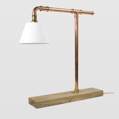 industrialna, oryginalna, designerska lampa stołowa z białym abażurem i bazą z miedzianych rurek
