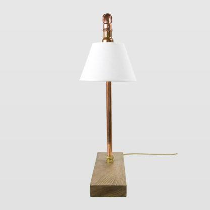 lampa stołowa z miedzianych rur, podstawa z surowego drewna