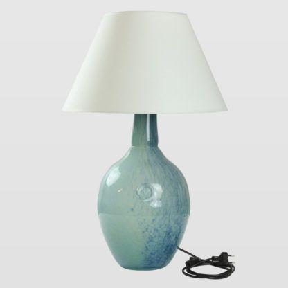 szklana lampa stołowa, błękitna z białym abażurem, hamptons