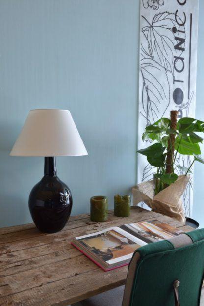lampa stołowa ze szkła barwionego na czarno, z białym abażurem - aranżacja gabinet w stylu eko