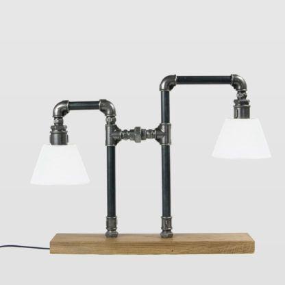 lampa stołowa z rurek, dwa białe abażury, drewniana podstawa