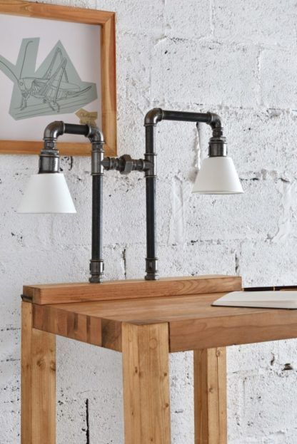 lampa stołowa z rurek na drewnianej podstawie - aranżacja industrialna