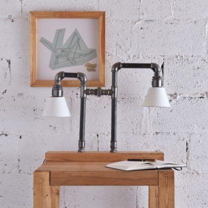 designerska lampa stołowa w stylu przemysłowym, lampa z rurek, białe abażury - aranżacja salon, surowe cegły