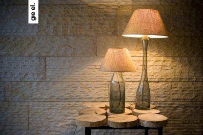 szklana lampa stołowa, wysoka, smukła podstawa - aranżacja nastrojowy salon