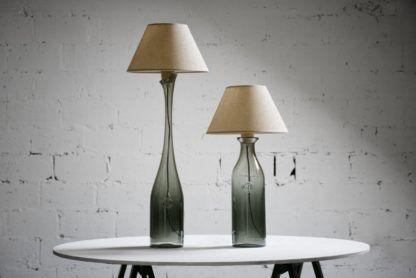 szklana lampa stołowa z beżowym abażurem
