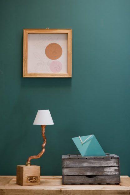 miedziana lampa stołowa z białym abażurem - aranżacja z drewnem, morskie ściany