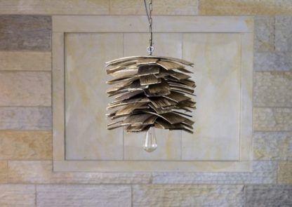designerska, drewniana lampa wisząca w kształcie szyszki