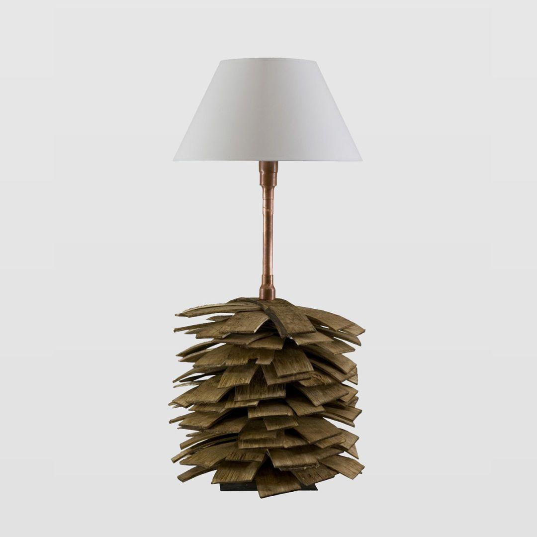 lampa stołowa z podstawą drewnianą w kształcie szyszki - aranżacja czerwona cegła