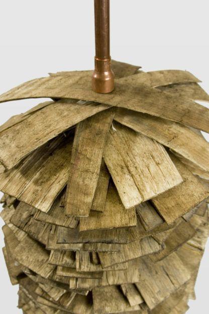 lampa podłogowa z miedzianych rurek i drewnianych listewek