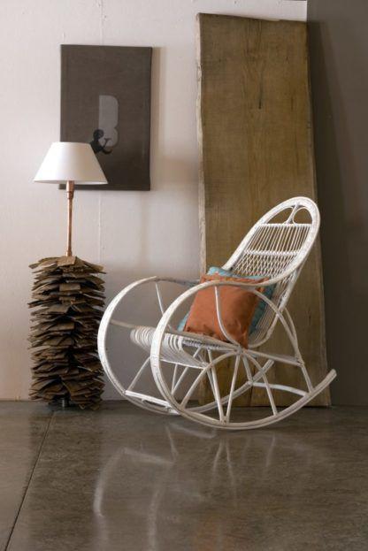 lampa z białym abażurem, designerska podstawa w kształcie szyszki - aranżacja salon