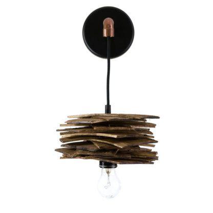 industrialny kinkiet z kloszem z listewek z surowego drewna, czarna baza
