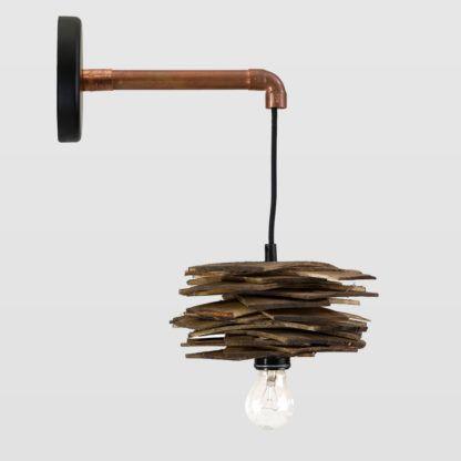 miedziany kinkiet z kloszem z drewnianych deseczek