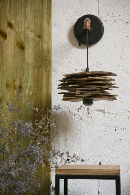 miedziany kinkiet z drewnianych listewek, styl skandynawski - aranżacja